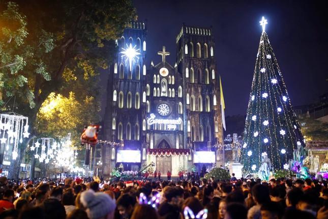 Biển người hoà chung không khí đêm Giáng sinh ở Thủ đô ảnh 1