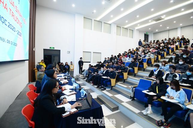 Hàng trăm sinh viên đối thoại trực tiếp với Ban Giám hiệu ảnh 7