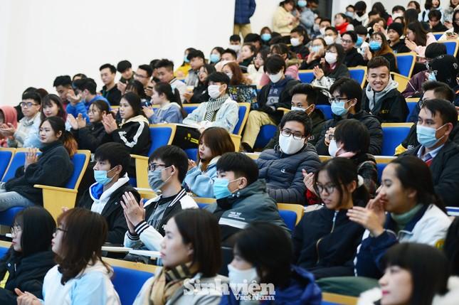 Hàng trăm sinh viên đối thoại trực tiếp với Ban Giám hiệu ảnh 4