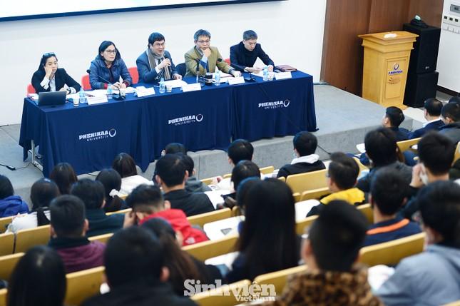 Hàng trăm sinh viên đối thoại trực tiếp với Ban Giám hiệu ảnh 2