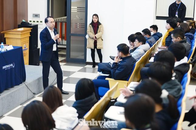 Hàng trăm sinh viên đối thoại trực tiếp với Ban Giám hiệu ảnh 6