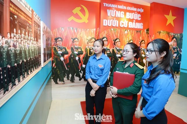 Hơn 300 tài liệu, hình ảnh và hiện vật tiêu biểu của tuổi trẻ Quân đội đã được giới thiệu ảnh 1