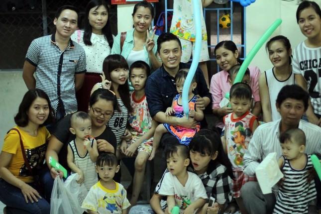 Lam Trường bật khóc khi thấy bé gái bị não úng thuỷ ảnh 9
