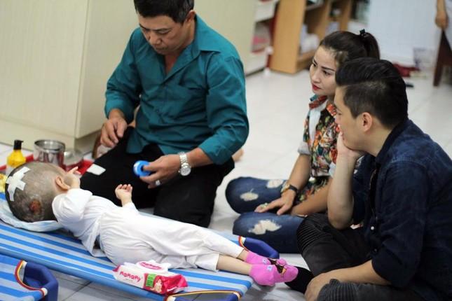 Lam Trường bật khóc khi thấy bé gái bị não úng thuỷ ảnh 2
