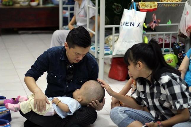 Lam Trường bật khóc khi thấy bé gái bị não úng thuỷ ảnh 3
