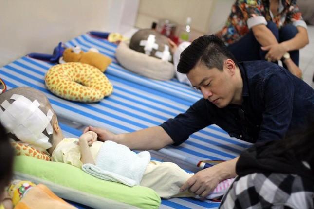 Lam Trường bật khóc khi thấy bé gái bị não úng thuỷ ảnh 4