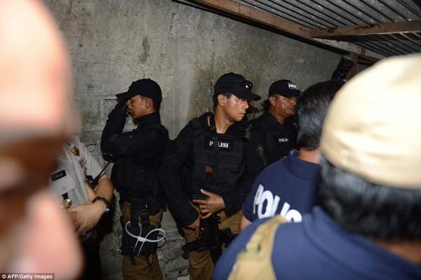 Tìm thấy cờ IS trong nhà kẻ đánh bom tự sát Indonesia ảnh 4