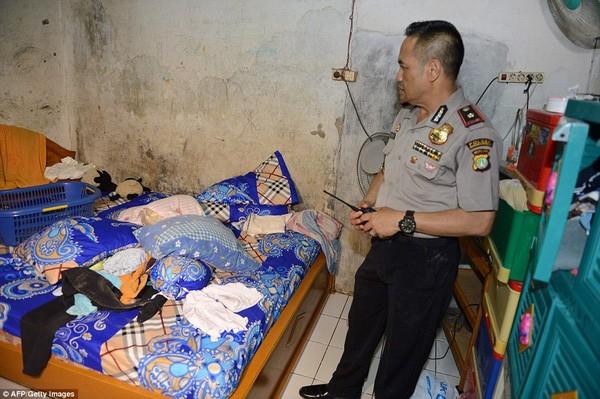 Tìm thấy cờ IS trong nhà kẻ đánh bom tự sát Indonesia ảnh 7