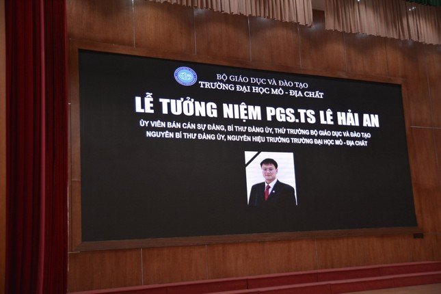 Tưởng niệm Thứ trưởng giáo dục Lê Hải An: Hội trường 300 chìm trong đau buồn ảnh 1