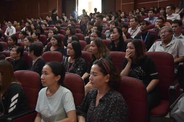 Tưởng niệm Thứ trưởng giáo dục Lê Hải An: Hội trường 300 chìm trong đau buồn ảnh 2