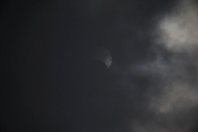 Người Hà Nội thích thú ngắm nhật thực 'vòng tròn lửa' cực hiếm ảnh 1