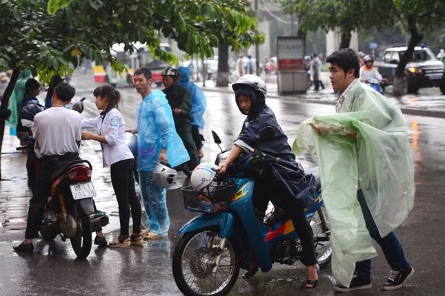 Thí sinh đội mưa đến trường thi ảnh 1