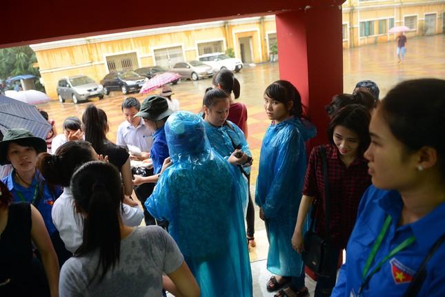 Thí sinh đội mưa đến trường thi ảnh 11