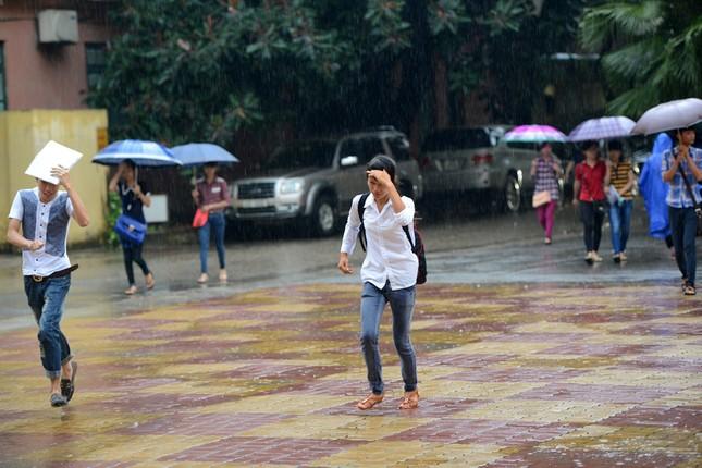 Thí sinh đội mưa đến trường thi ảnh 9