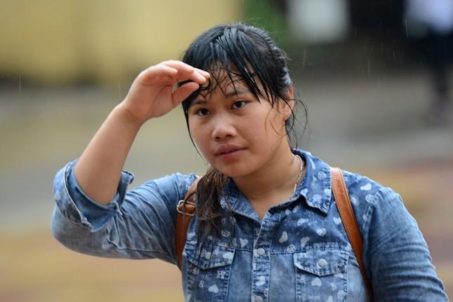 Thí sinh đội mưa đến trường thi ảnh 7