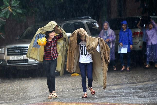 Thí sinh đội mưa đến trường thi ảnh 8