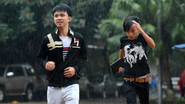 Thí sinh đội mưa đến trường thi ảnh 6