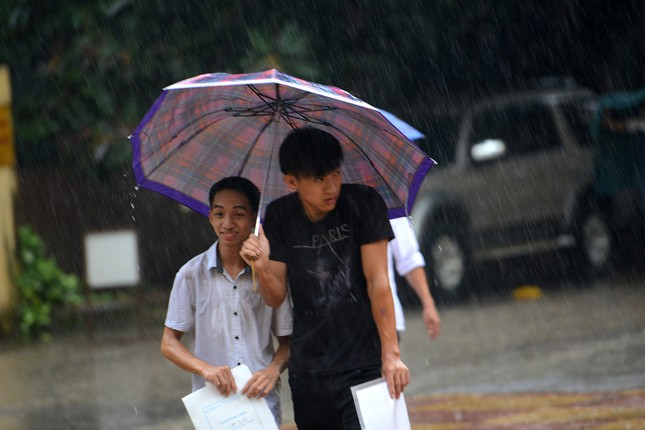 Thí sinh đội mưa đến trường thi ảnh 4