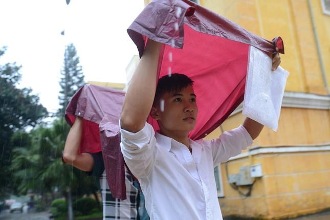 Thí sinh đội mưa đến trường thi ảnh 3
