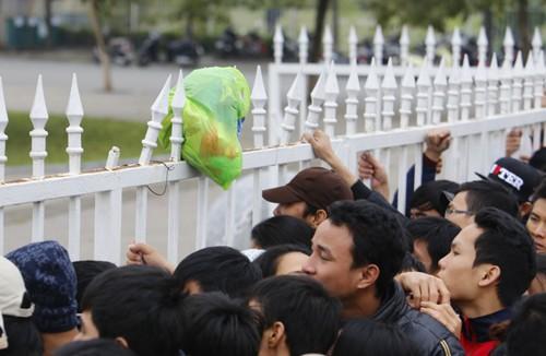 Xếp hàng từ 1h30 sáng chờ mua vé trận Việt Nam - Malaysia ảnh 10