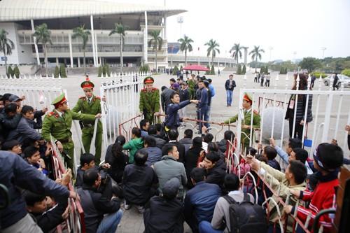 Xếp hàng từ 1h30 sáng chờ mua vé trận Việt Nam - Malaysia ảnh 11