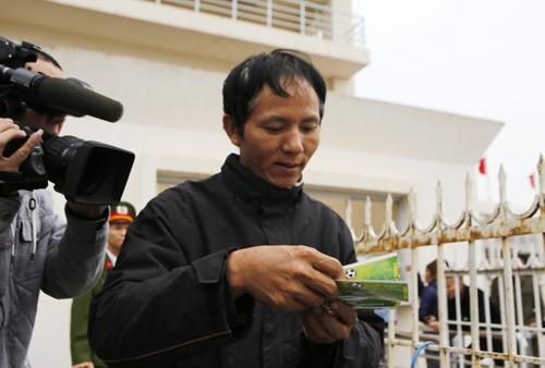 Xếp hàng từ 1h30 sáng chờ mua vé trận Việt Nam - Malaysia ảnh 16