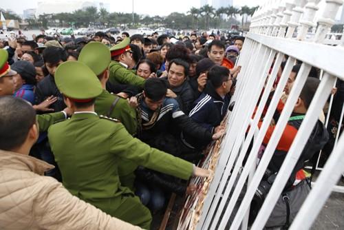 Xếp hàng từ 1h30 sáng chờ mua vé trận Việt Nam - Malaysia ảnh 1