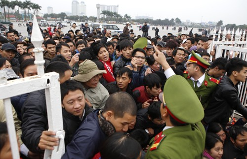 Xếp hàng từ 1h30 sáng chờ mua vé trận Việt Nam - Malaysia ảnh 2