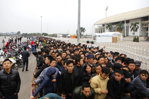 Xếp hàng từ 1h30 sáng chờ mua vé trận Việt Nam - Malaysia ảnh 3