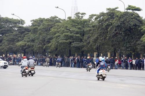 Xếp hàng từ 1h30 sáng chờ mua vé trận Việt Nam - Malaysia ảnh 4