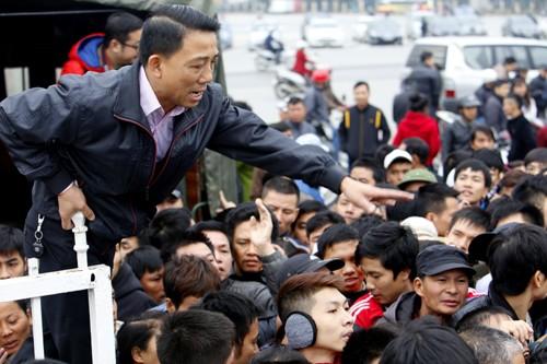 Xếp hàng từ 1h30 sáng chờ mua vé trận Việt Nam - Malaysia ảnh 6