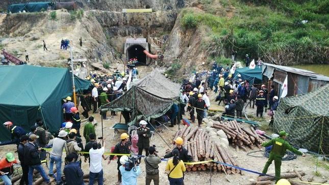 [ẢNH] Vỡ òa giây phút đưa 12 nạn nhân vụ sập hầm ra ngoài ảnh 2