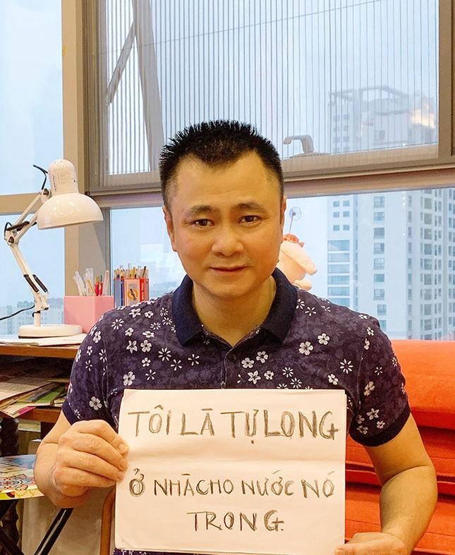 Sao Việt hào hứng theo trend 'ở nhà': 'Tôi là Tự Long, ở nhà cho nước nó trong' ảnh 1