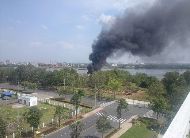 Tàu cánh ngầm cháy ngùn ngụt trên sông Sài Gòn ảnh 1