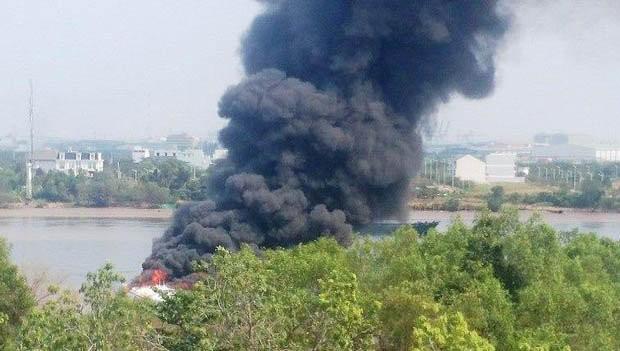 Tàu cánh ngầm cháy ngùn ngụt trên sông Sài Gòn ảnh 2
