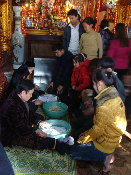 Người dân xứ Thanh đi chùa rút quẻ may mắn đầu năm ảnh 3