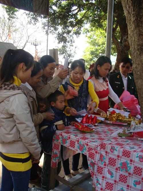 Người dân xứ Thanh đi chùa rút quẻ may mắn đầu năm ảnh 1