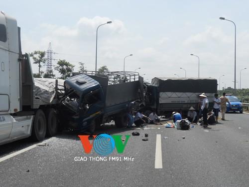 Tai nạn liên hoàn trên Đại lộ Thăng Long, 4 người thương vong ảnh 1