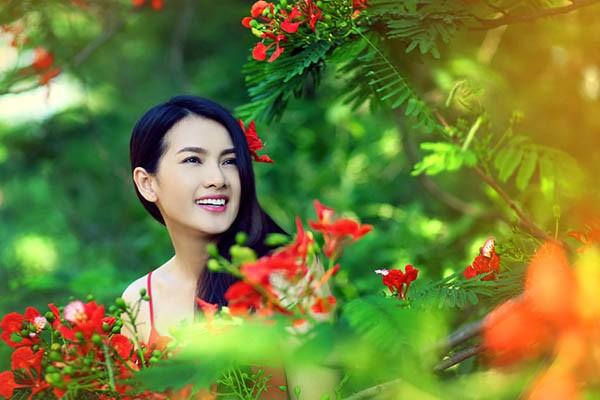 Anh Thư đẹp rạng rỡ bên hoa phượng ảnh 1