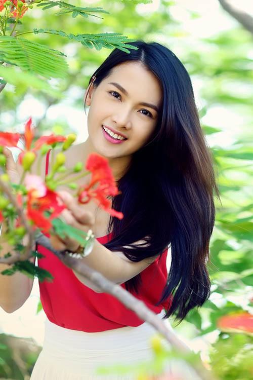 Anh Thư đẹp rạng rỡ bên hoa phượng ảnh 10
