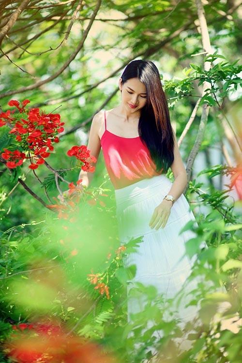 Anh Thư đẹp rạng rỡ bên hoa phượng ảnh 3