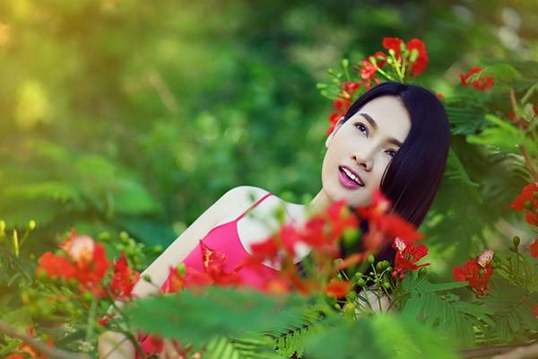 Anh Thư đẹp rạng rỡ bên hoa phượng ảnh 4