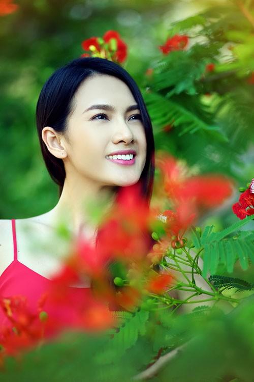 Anh Thư đẹp rạng rỡ bên hoa phượng ảnh 5