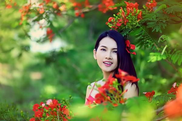 Anh Thư đẹp rạng rỡ bên hoa phượng ảnh 7