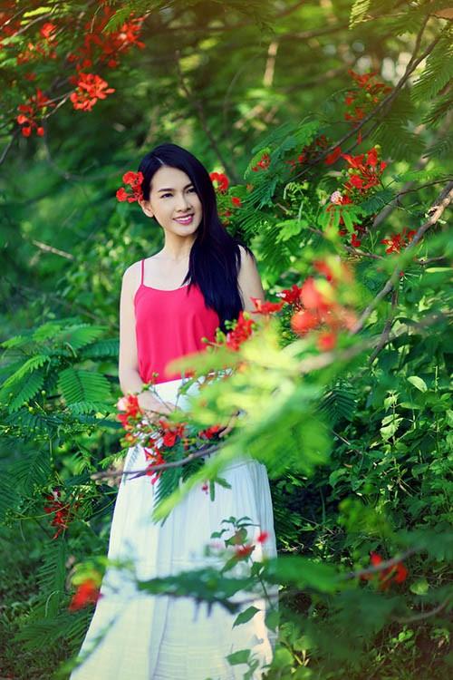Anh Thư đẹp rạng rỡ bên hoa phượng ảnh 8