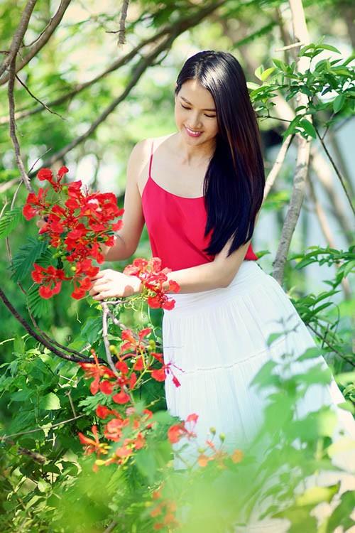 Anh Thư đẹp rạng rỡ bên hoa phượng ảnh 9