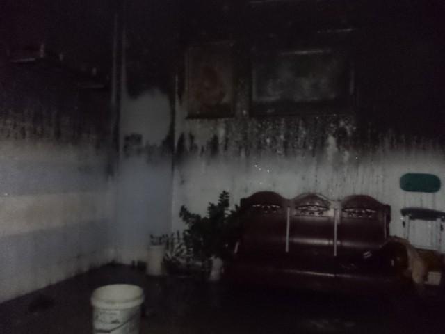 Chủ nhà đi vắng, lửa thiêu rụi gần hết đồ đạc ảnh 1