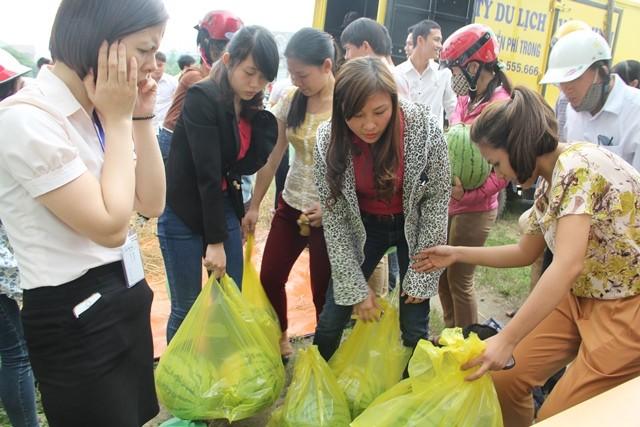 Người dân xứ Nghệ mua dưa ủng hộ nông dân Quảng Ngãi ảnh 1