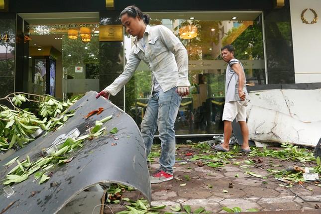 Người Hà Nội tất bật dọn dẹp sau trận mưa dông ảnh 3