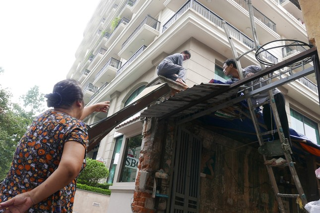 Người Hà Nội tất bật dọn dẹp sau trận mưa dông ảnh 6
